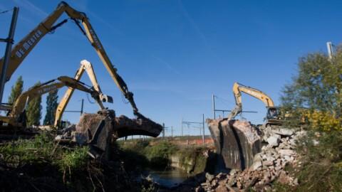 Afbraakwerken en grondwerken De Meuter - Sloopkranen met lange giek